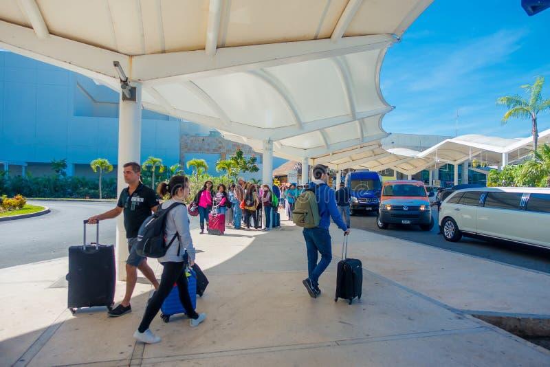 CANCUN, MÉXICO - 10 DE ENERO DE 2018: Gente no identificada que camina en la entrada del aeropuerto internacional de Cancun, Méxi imagen de archivo