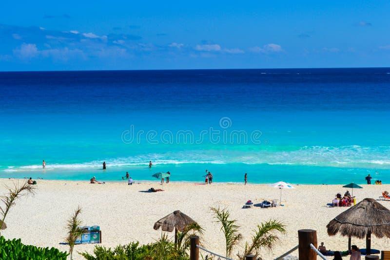 Cancun, México - 17 de fevereiro de 2017 pessoa que aprecia a praia bonita em Cancun imagens de stock