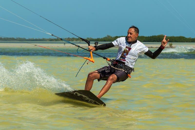 CANCUN, MEKSYK - 02/18/2018: Adrenalina Kitesurf Przygoda sport obrazy royalty free