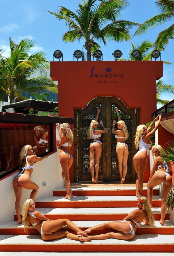 CANCUN, MEXICO - MEI 05: De modellen stellen buitenkant voor wit t-shirtproject royalty-vrije stock foto