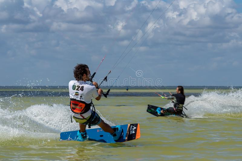 CANCUN, MEXIKO - 02/18/2018: Adrenalin Kitesurf stockfotos