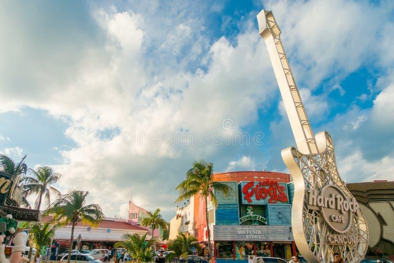 CANCUN, MEXIQUE - 10 JANVIER 2018 : Personnes non identifiées à l'extérieur à côté de la structure métallique de guitare de Hard  photo libre de droits