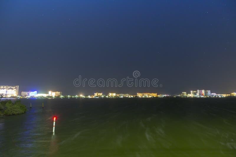 CANCUN, MEXIQUE - 5 janvier 2019 : zone d'h?tel la nuit, vue de la lagune photo libre de droits