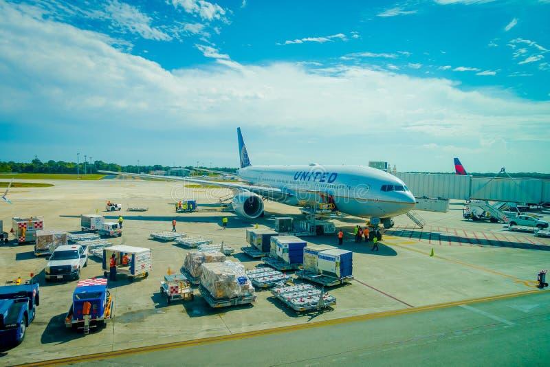 CANCUN, MEXIQUE - 12 NOVEMBRE 2017 : Avions sur la piste de l'aéroport international de Cancun au Mexique L'aéroport est image libre de droits