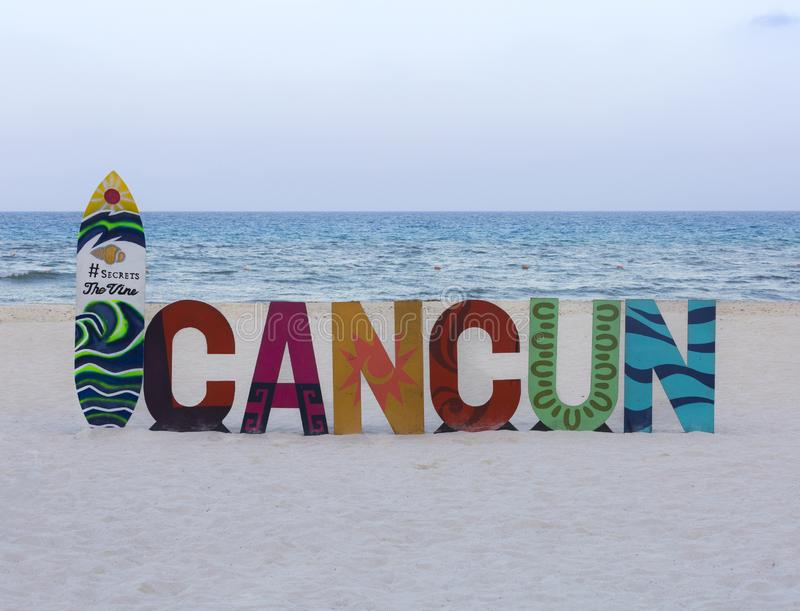 CANCUN-QUINTANA ROO-MEXICO- ИЮЛЬ 2018: Подпишите для туристов которые хотят принять фото в этом небесном месте стоковое изображение rf