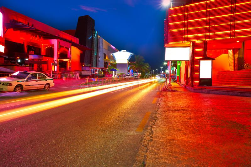 Cancun solnedgång på blvden Kukulcan Mexico royaltyfria bilder