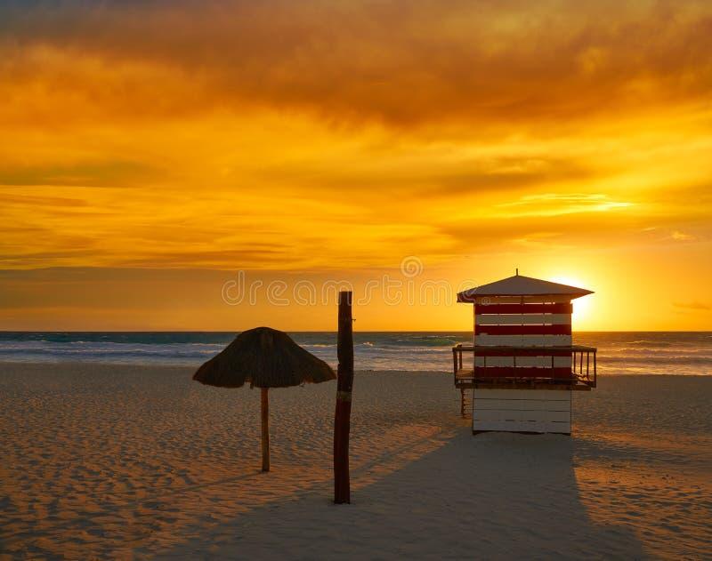 Cancun soluppgång på den Delfines stranden Mexico royaltyfri fotografi
