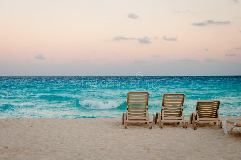 Cancun-Strand bei Sonnenuntergang lizenzfreie stockfotografie