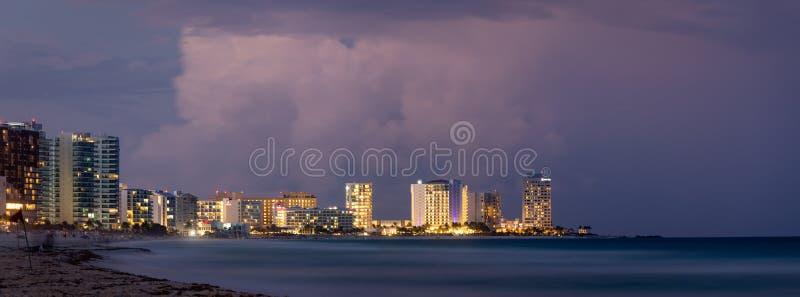 Cancun Strand bei Sonnenuntergang lizenzfreie stockbilder