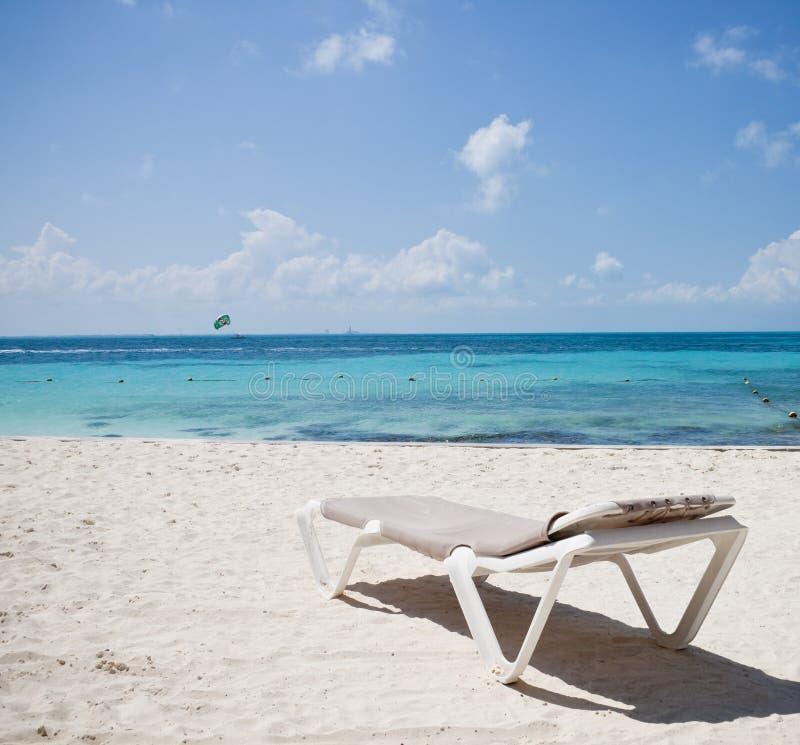 Cancun-Strand mit Strandbett lizenzfreie stockfotos