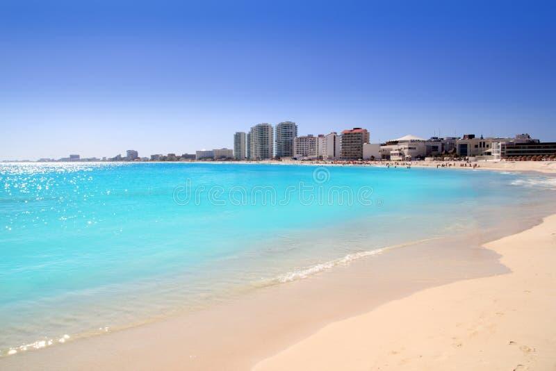 Cancun-Strandansicht vom Türkis Karibisches Meer lizenzfreie stockfotos