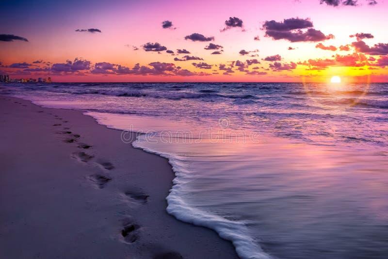 Cancunstrand bij zonsondergang stock afbeelding