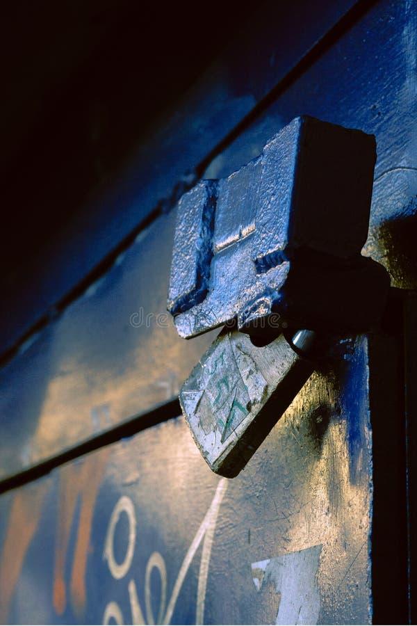 Candado azul en puerta azul metálica fotos de archivo libres de regalías