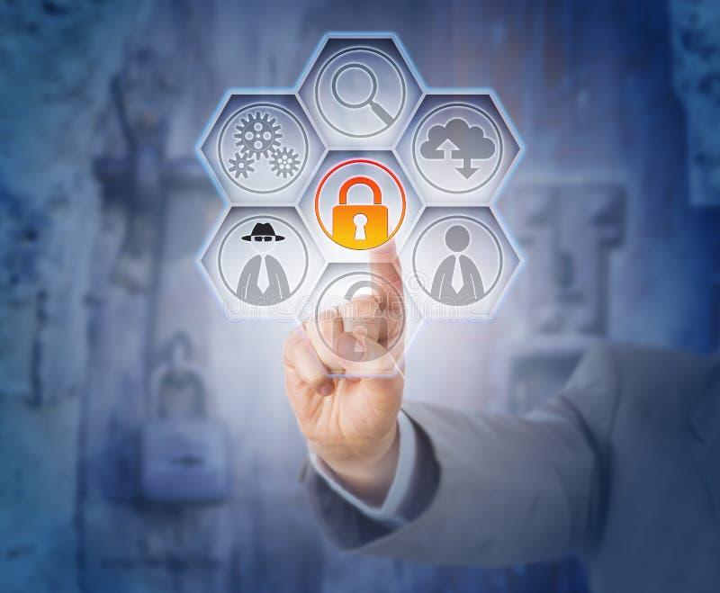 Candado cerrado conmovedor de la mano para la prevención de fraude fotos de archivo libres de regalías