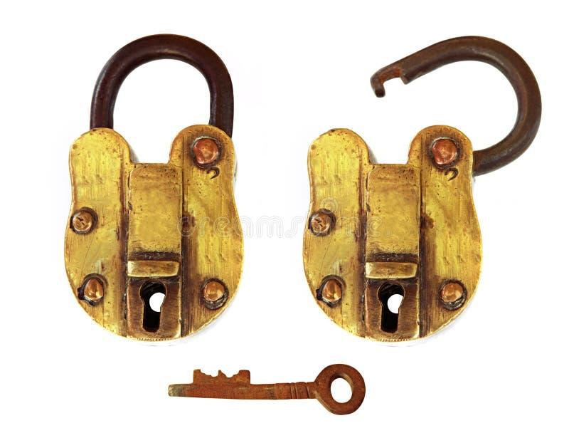 Candado de cobre amarillo de la vendimia, abierto y cerrado imágenes de archivo libres de regalías