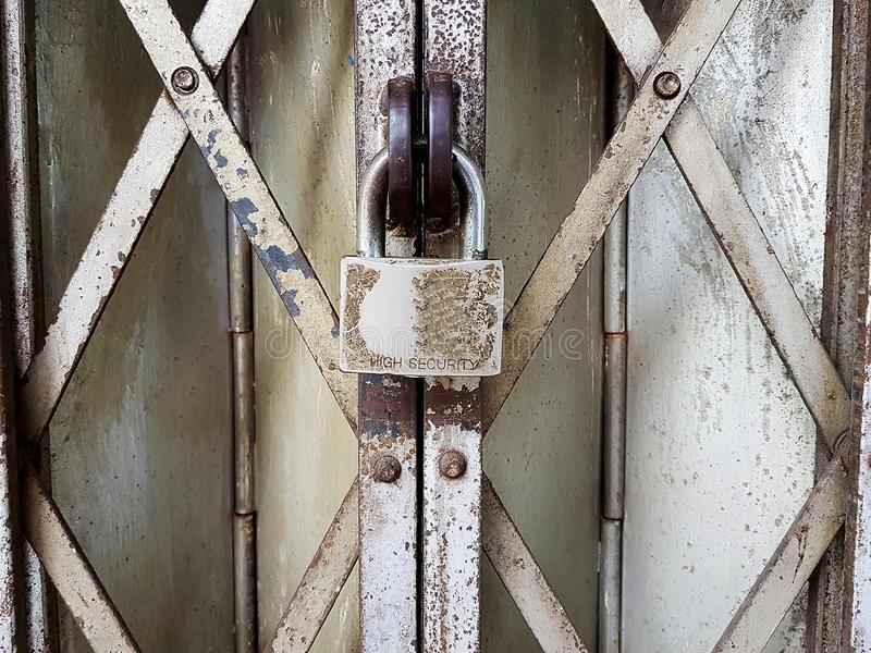 Candado del vintage en parrillas oxidadas imagenes de archivo