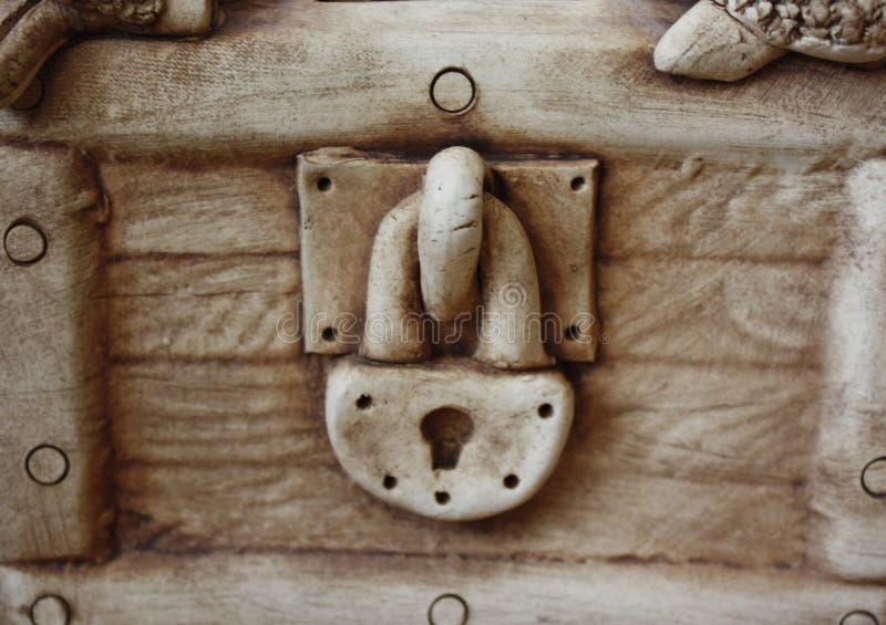 candado del yeso en la pared cerrada de las huchas del pecho fotografía de archivo libre de regalías