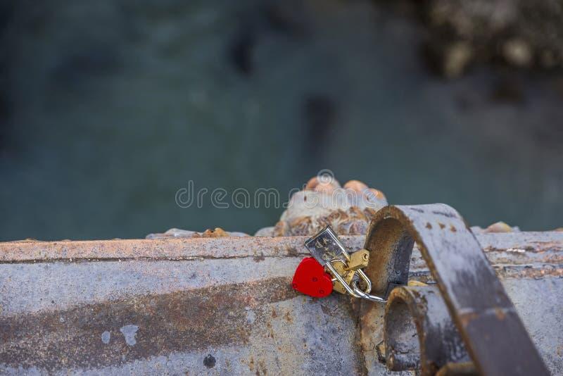 Candado en forma de corazón rojo en un puente en Roma fotos de archivo libres de regalías