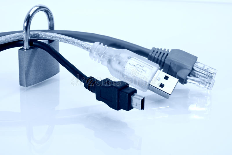 Candado en los cables en imagen entonada azul fotografía de archivo libre de regalías