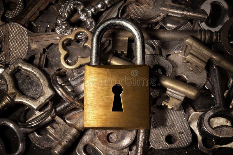 Candado sobre claves imagenes de archivo