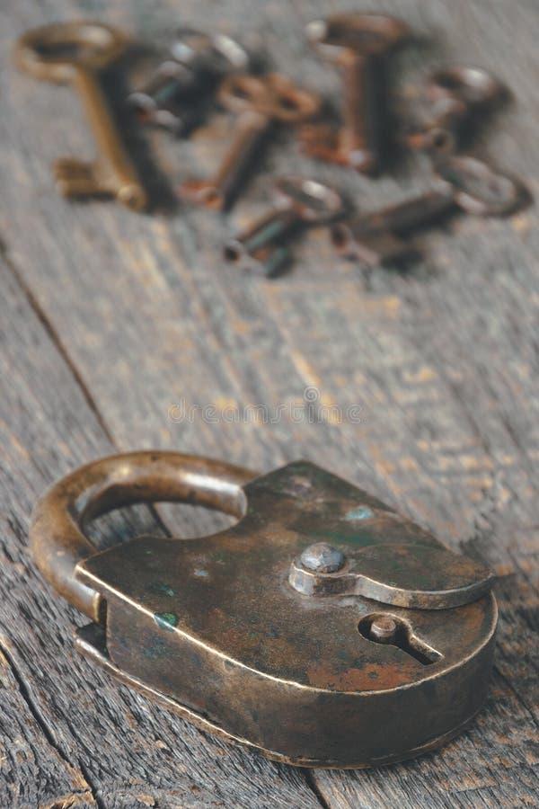 Candado viejo y claves imágenes de archivo libres de regalías
