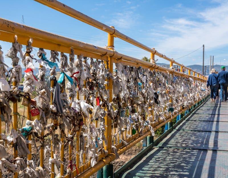 Candados de amor en el puente sobre el canal de Corinto cerca de Atenas imágenes de archivo libres de regalías