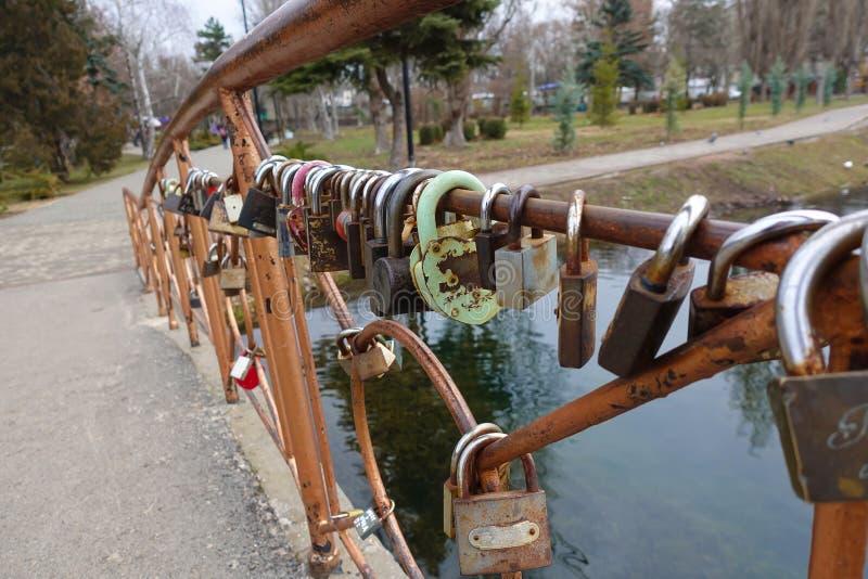 Candados en el puente Tradiciones de amantes Rusia Simferopol fotografía de archivo