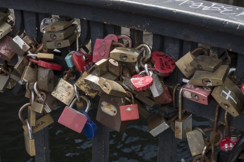 Candados en muestra eterna del amor en un puente del embarcadero de Nyhavn imágenes de archivo libres de regalías