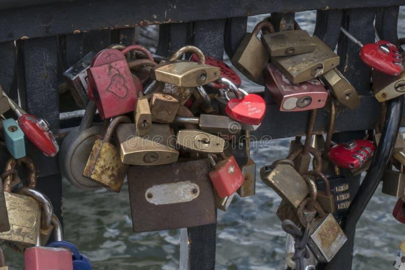 Candados en muestra eterna del amor en un puente del embarcadero de Nyhavn foto de archivo
