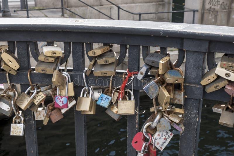 Candados en muestra eterna del amor en un puente del embarcadero de Nyhavn fotos de archivo
