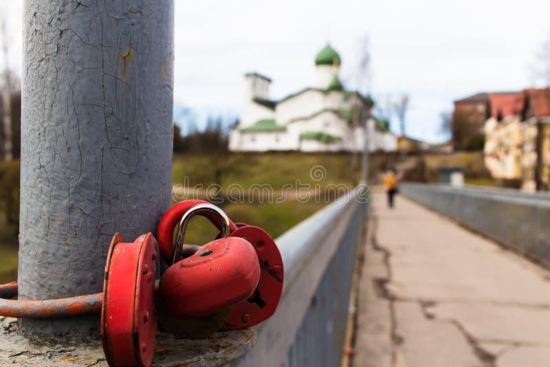Candados en un puente peatonal en Pskov, Rusia fotografía de archivo