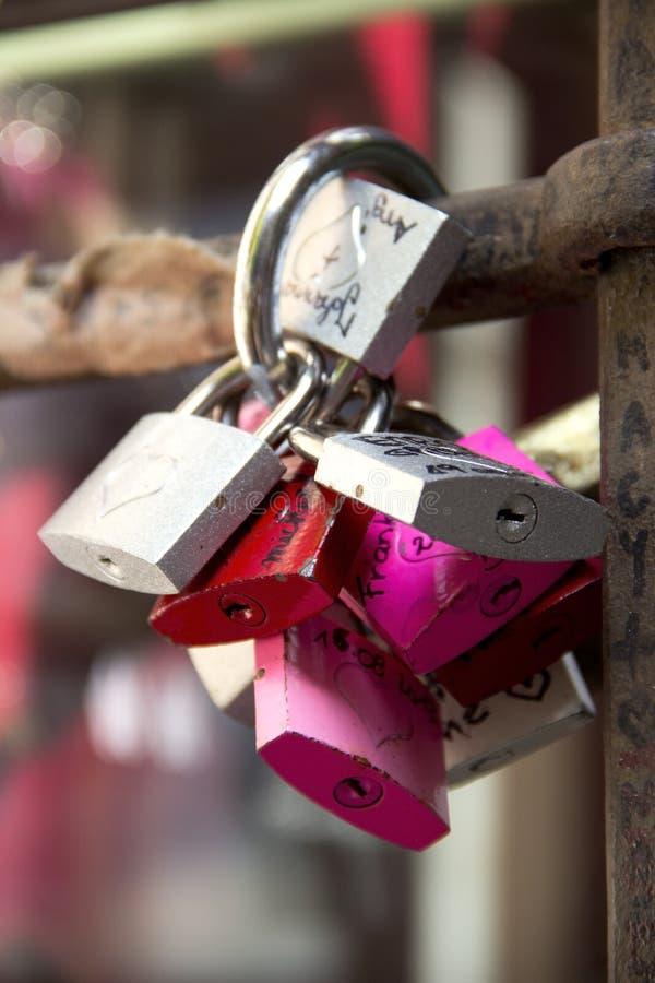 Candados, s?mbolos del amor en la yarda de Julia en Verona foto de archivo