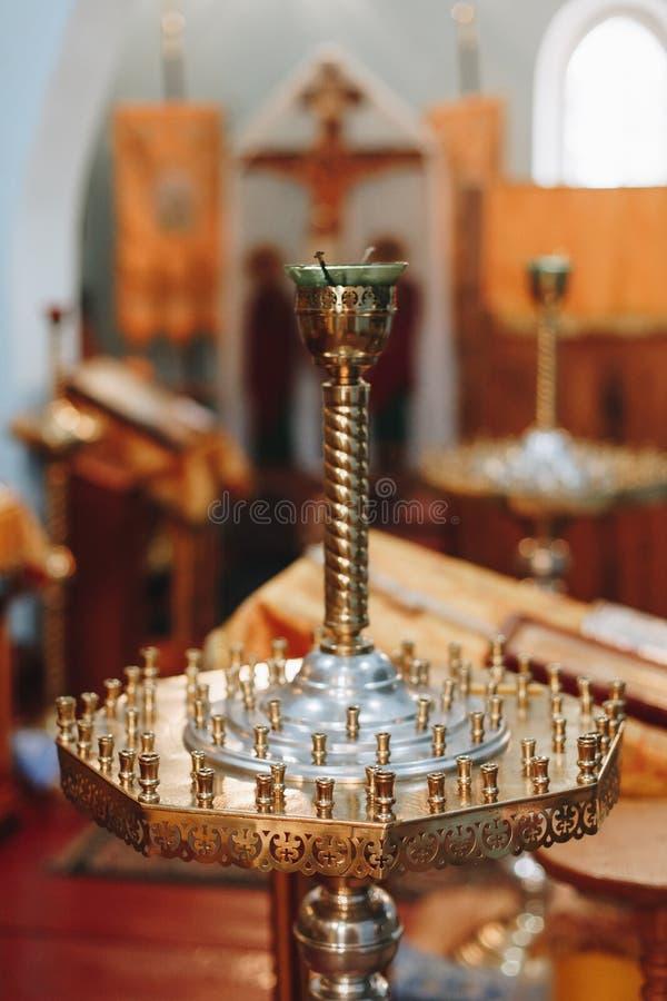 Candel-Halter innerhalb einer Kirche auf Taufezeremonie stockbilder