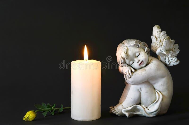 Candela bianca, un angelo e fiore fotografia stock libera da diritti