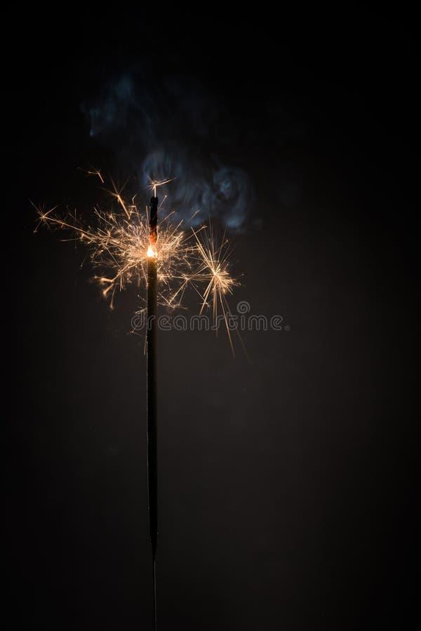 Candela bruciante della stella filante del nuovo anno del bastone del fuoco del Bengala isolata su fondo nero Stella filante real fotografia stock libera da diritti