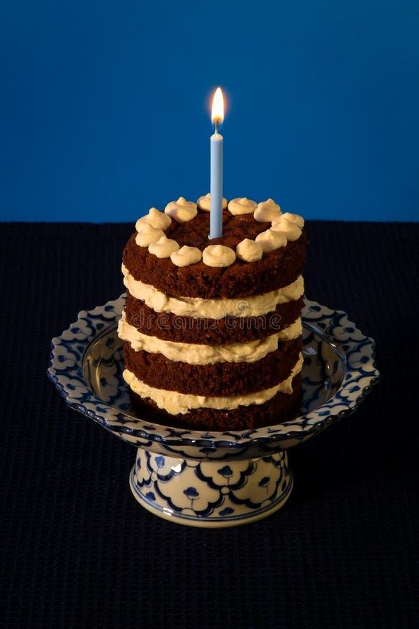 Candela bruciante della torta di compleanno del cioccolato fotografia stock