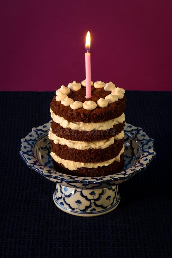 Candela bruciante della torta di compleanno del cioccolato fotografie stock libere da diritti