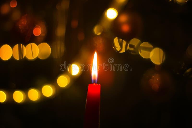 Candela bruciante sull'albero di Natale fotografia stock
