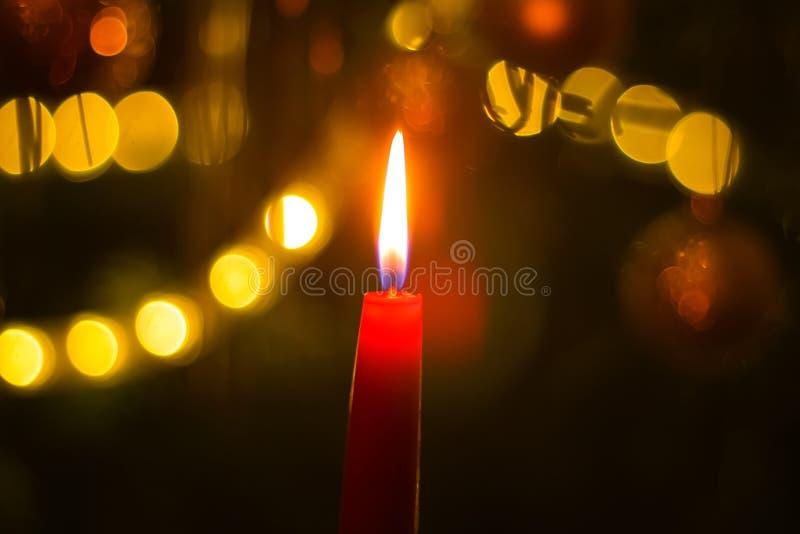 Candela bruciante sull'albero di Natale fotografie stock libere da diritti