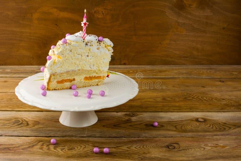 Candela bruciante sulla torta di compleanno immagine stock