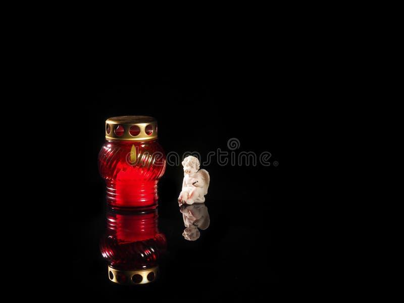 Candela bruciante in un candeliere di vetro rosso immagini stock