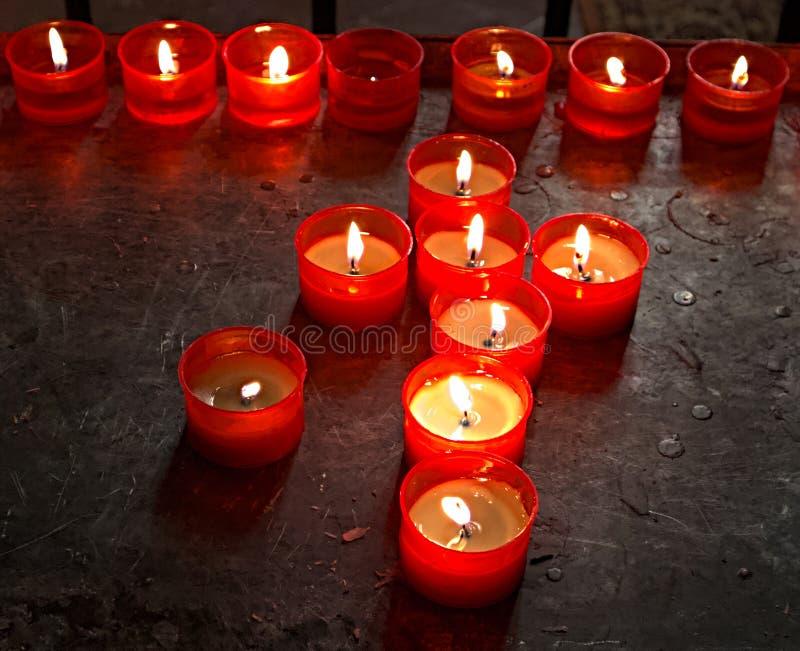 Candela bruciante in una chiesa a Bologna L'Italia immagini stock