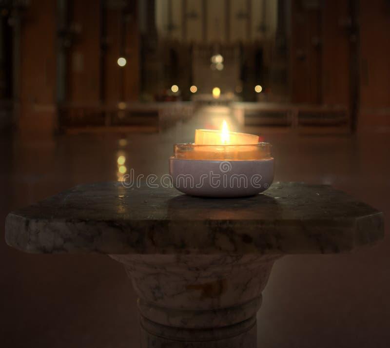 Candela bruciante in una chiesa a Bologna L'Italia fotografia stock libera da diritti