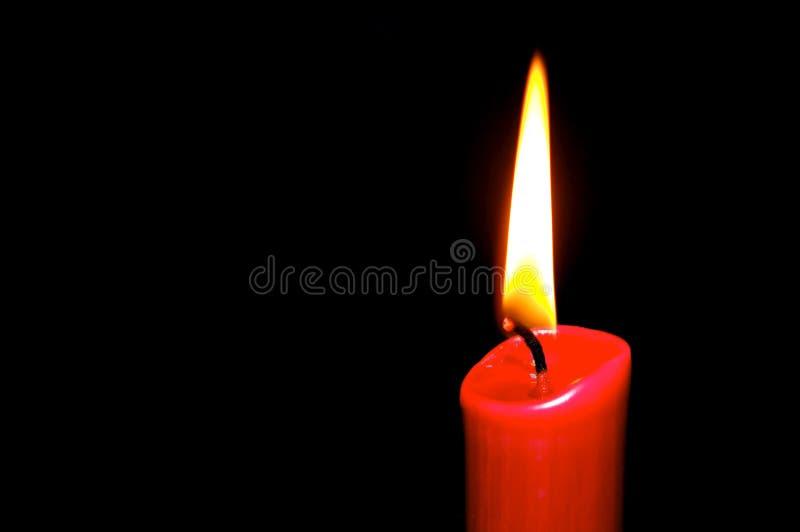 Candela Burning nel colore rosso immagini stock libere da diritti