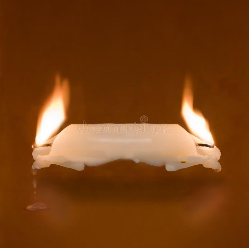 Candela che brucia su due estremità fotografie stock