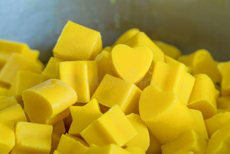 Candela del cuore di giallo e molto sveglio fotografia stock libera da diritti
