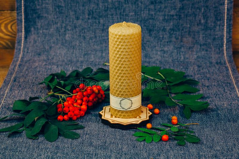 Candela della cera di Natale Candela non bruciante, una cenere di montagna Un fondo di legno con tessuto fotografie stock