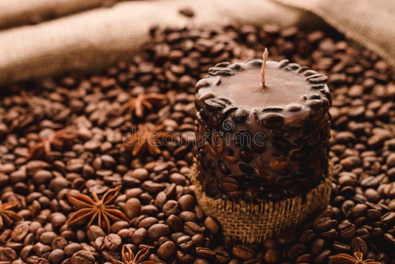 Candela di Brown con il fondo dei chicchi di caffè fotografia stock