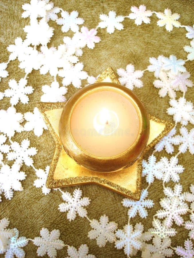 Candela dorata con i fiocchi di neve fotografie stock