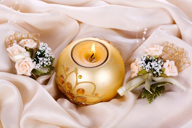 Candela e fiori di festa contro immagini stock libere da diritti